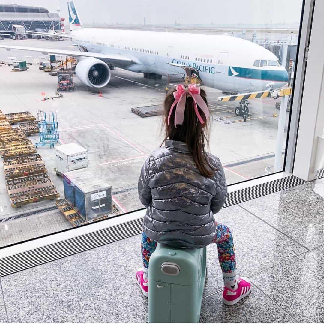 Liburan Naik Pesawat Bersama Anak - Sumber Instagram mrschillsy